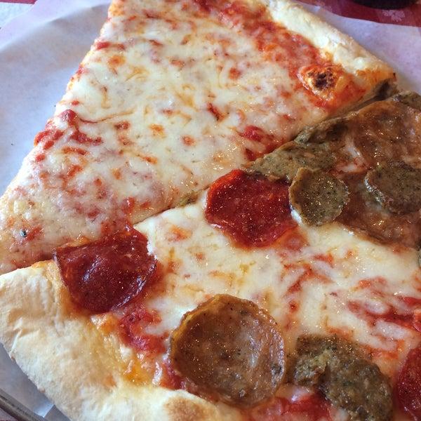 Foto scattata a La Rocco's Pizzeria da Sandy S. il 4/6/2015