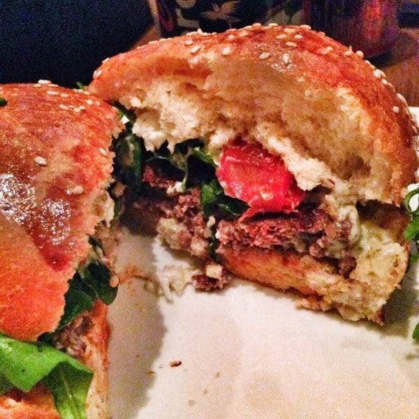 Foto tirada no(a) Mamie Burger Grands Boulevards por MissFoodReporter em 8/25/2014
