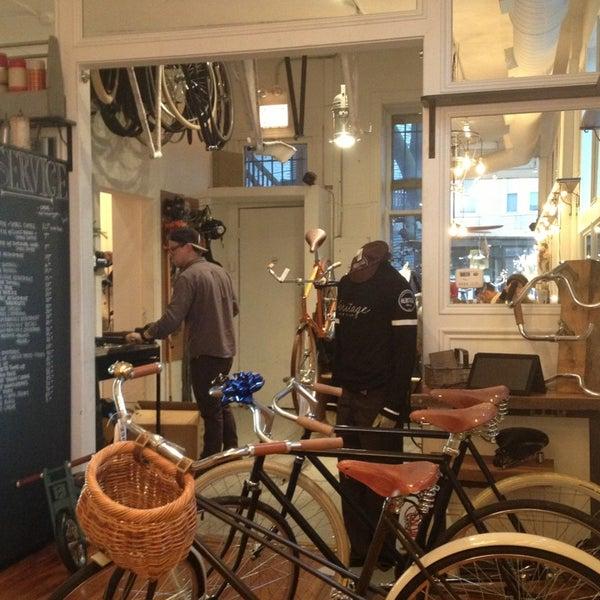 รูปภาพถ่ายที่ Heritage Bicycles โดย cynthia x. เมื่อ 12/20/2012