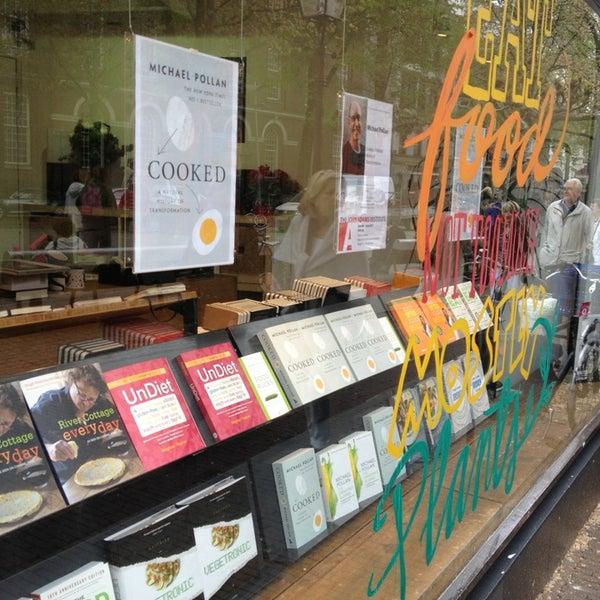 Foto tirada no(a) The American Book Center por Sandra S. em 5/30/2013