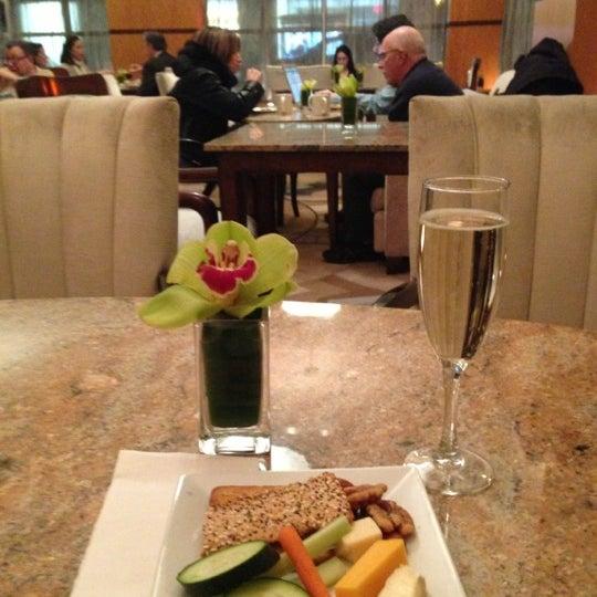 Foto scattata a Hotel Giraffe da Laura B. il 1/18/2013