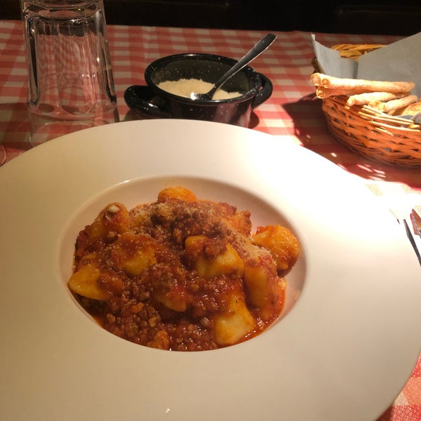 Great atmosphere, cozy Italian restaurant with brilliant service and amazing pasta! Definitely try Gnocchi bolognese as it was delicious and trust the wine selection of the team. Thank you Alex&all!