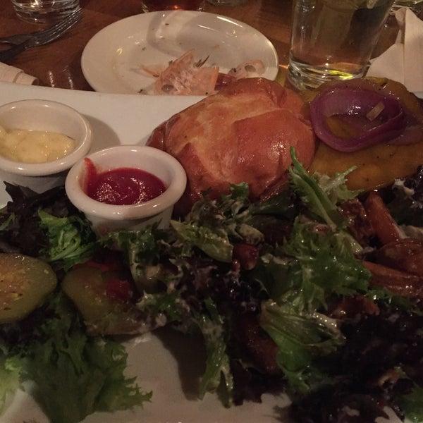Foto tomada en Southridge Seafood Grill por George G. el 3/16/2015