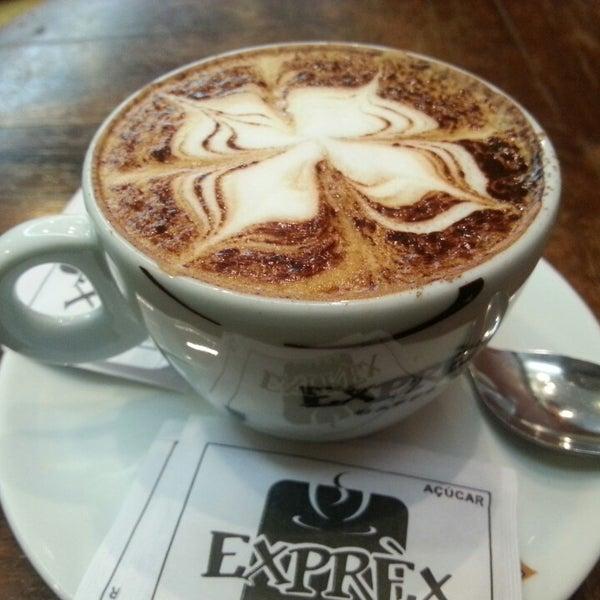 รูปภาพถ่ายที่ Exprèx Caffè โดย Alexandre C. เมื่อ 5/22/2013