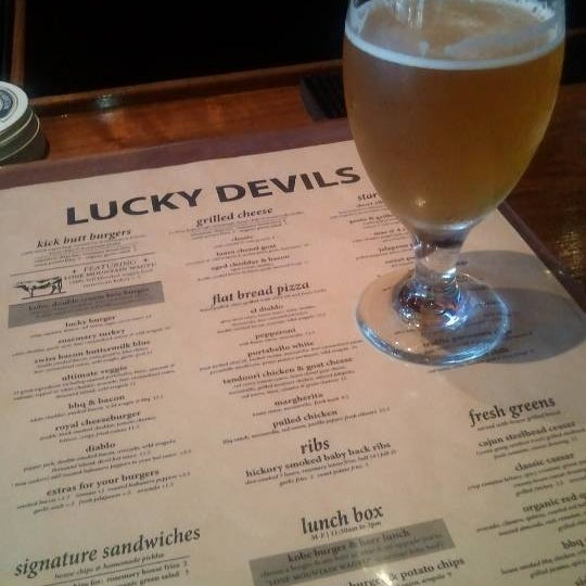 Снимок сделан в Lucky's Tavern пользователем Peri B. 8/8/2013