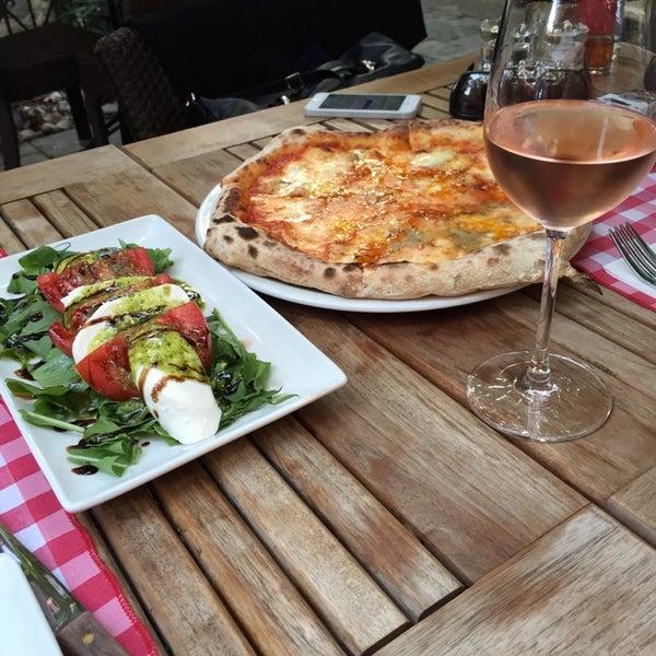 Das Foto wurde bei Il Vicino Pizzeria von Ozlem D. am 11/12/2014 aufgenommen