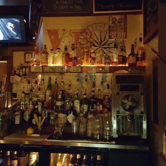 Das Foto wurde bei Dive Bar & Lounge von Rachie R. am 6/23/2016 aufgenommen