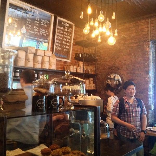 Das Foto wurde bei Lenox Coffee von Greg W. am 6/9/2013 aufgenommen