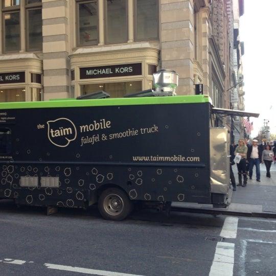 รูปภาพถ่ายที่ Taïm Mobile Falafel & Smoothie Truck โดย Eyal G. เมื่อ 11/12/2012
