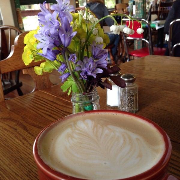 Photo prise au The South Store Cafe par Natalia le4/25/2014