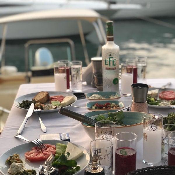 Foto tirada no(a) Fethiye Yengeç Restaurant por Nilay T. em 7/2/2018