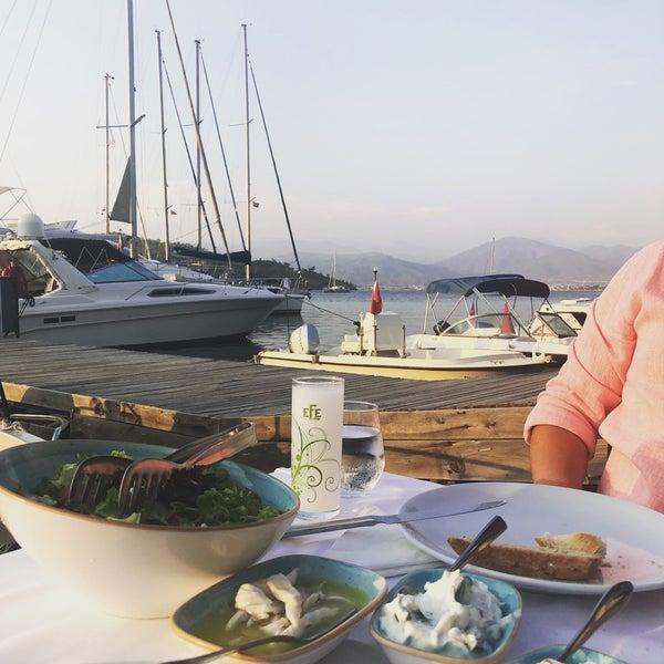 Das Foto wurde bei Fethiye Yengeç Restaurant von Yusuf A. am 8/9/2018 aufgenommen