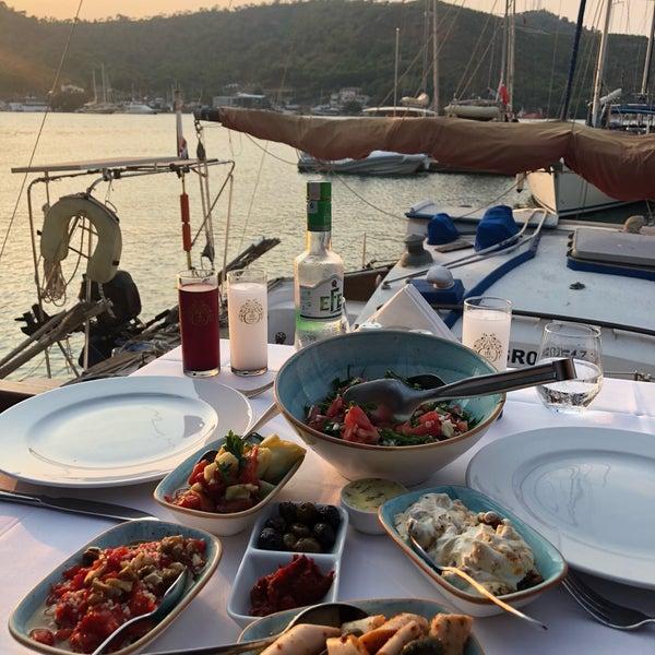 Das Foto wurde bei Fethiye Yengeç Restaurant von Yusuf A. am 8/20/2018 aufgenommen