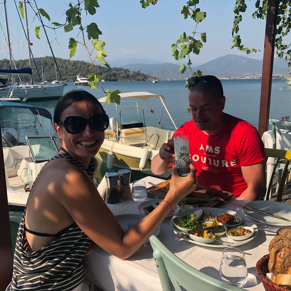 Das Foto wurde bei Fethiye Yengeç Restaurant von Yusuf A. am 7/10/2018 aufgenommen