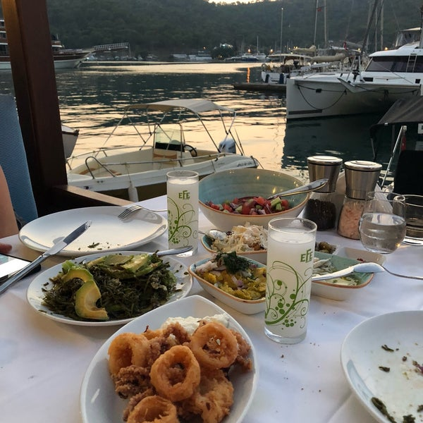 Das Foto wurde bei Fethiye Yengeç Restaurant von Yusuf A. am 8/13/2018 aufgenommen
