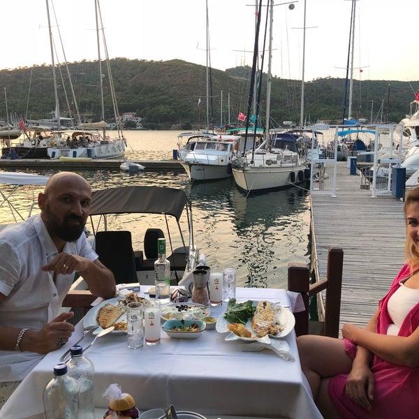 Das Foto wurde bei Fethiye Yengeç Restaurant von Yusuf A. am 7/2/2018 aufgenommen