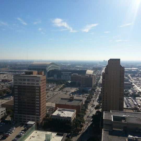 รูปภาพถ่ายที่ Magnolia Hotel โดย Kevin K. เมื่อ 11/17/2012