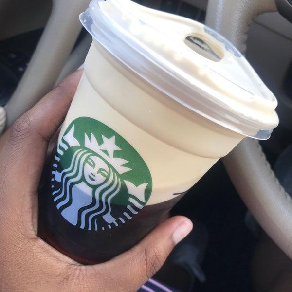 Das Foto wurde bei Starbucks von K am 10/1/2018 aufgenommen