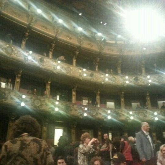 Das Foto wurde bei Teatro Colón von Jose F. am 4/14/2017 aufgenommen