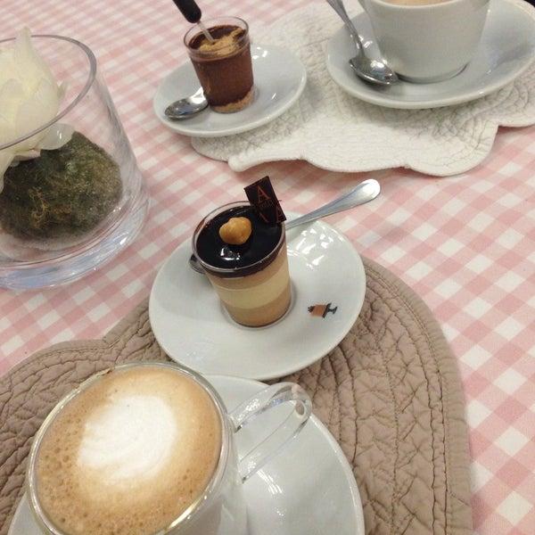 Das Foto wurde bei Antonella Dolci e Caffé von Cristina C. am 10/4/2015 aufgenommen