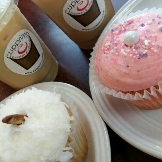 Foto tirada no(a) Cupprimo Cupcakery & Coffee Spot por Brie G. em 6/21/2016