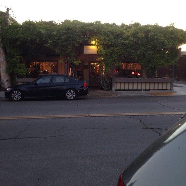 4/28/2014 tarihinde Andrea T.ziyaretçi tarafından Los Olivos Wine Merchant Cafe'de çekilen fotoğraf