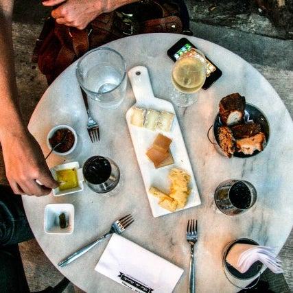 Un lugarcito hermoso con mucho aire frances, para probar vinos, quesos o platos franceses, con opcion a meterse al restaurant de comida japonesa escondido en una puerta discreta: satisfaccion!