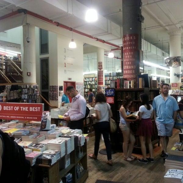 Das Foto wurde bei Strand Bookstore von Ex Wall S. am 7/12/2013 aufgenommen
