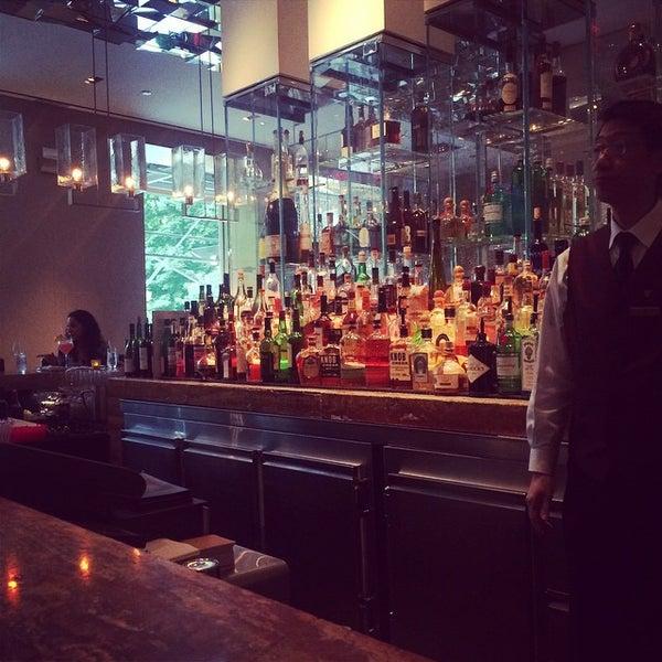 Снимок сделан в SOUTHGATE Bar & Restaurant пользователем Jason L. 8/22/2014