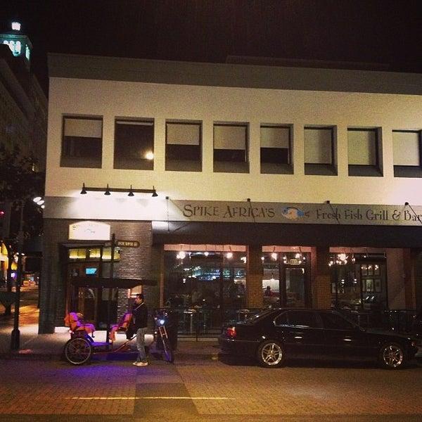 Foto tirada no(a) Spike Africa's Fresh Fish Bar & Grill por @DowntownRob M. em 2/13/2013