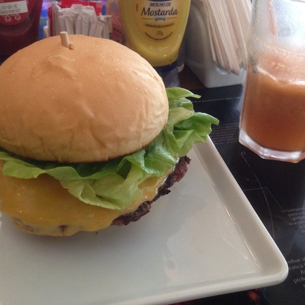 รูปภาพถ่ายที่ Paulista Burger โดย alysson b. เมื่อ 10/18/2014