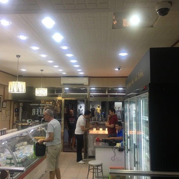 Das Foto wurde bei Zafer Tarihi Peynir Helvacısı von M.S. Ç. am 8/18/2019 aufgenommen