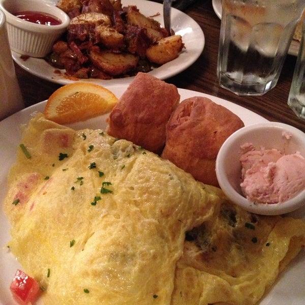 3/8/2013 tarihinde Christina Y.ziyaretçi tarafından Good Enough to Eat'de çekilen fotoğraf