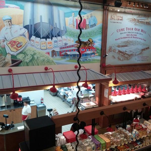 รูปภาพถ่ายที่ Bob's Red Mill Whole Grain Store โดย Dustin M. เมื่อ 11/22/2014
