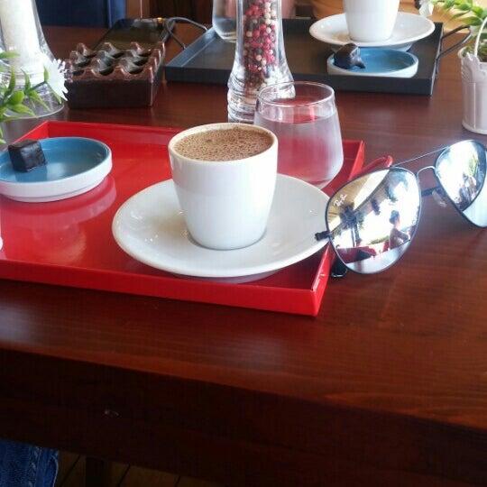 รูปภาพถ่ายที่ Coffee Castle โดย Engin k. เมื่อ 7/6/2016