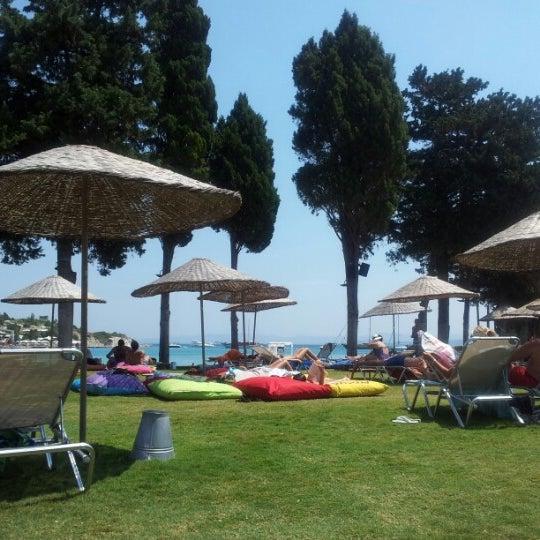รูปภาพถ่ายที่ Babylon Çeşme โดย Melis O. เมื่อ 7/21/2012
