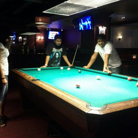 Foto tomada en Society Billiards + Bar por Priyanka M. el 8/14/2012