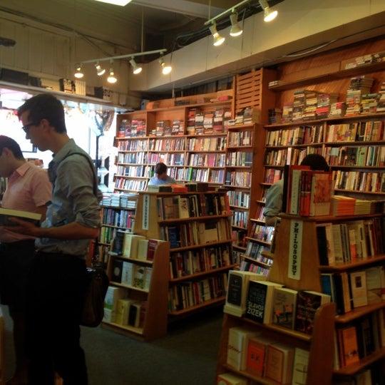 Photo prise au Kramerbooks & Afterwords Cafe par Justin S. le6/3/2012