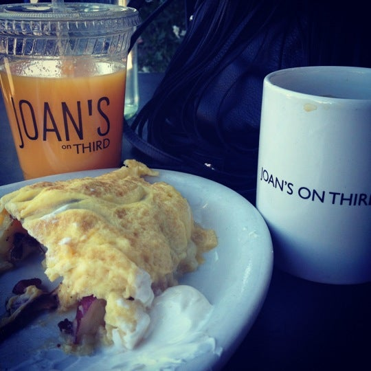 Photo prise au Joan's on Third par Alyssa S. le4/1/2012