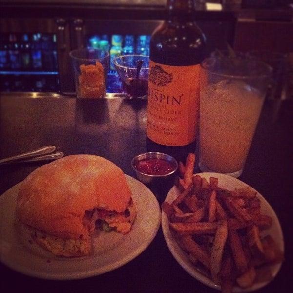 Foto tirada no(a) DMK Burger Bar por Jason L. em 7/21/2012