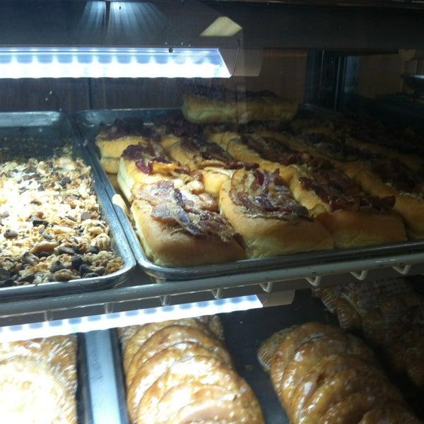 รูปภาพถ่ายที่ Cops & Doughnuts Bakery โดย Amanda N. เมื่อ 6/26/2013