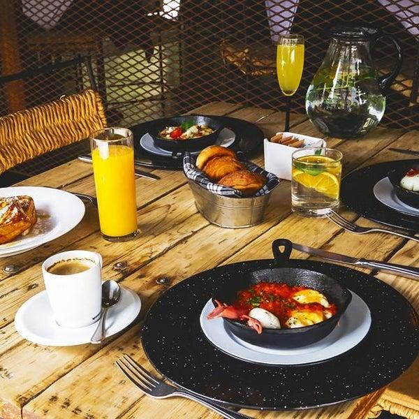 omelette vegetariano (flor de calabaza, champiñones y pomodoro, como se conoce al jitomate) y una preparación de la casa, llamada Bellucci, horneada con jitomate en una pequeña sartén de hierro.