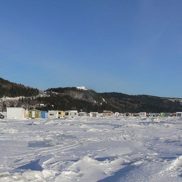 Site de Pêche blanche de Saint-Fulgence avec l'Auberge en background.