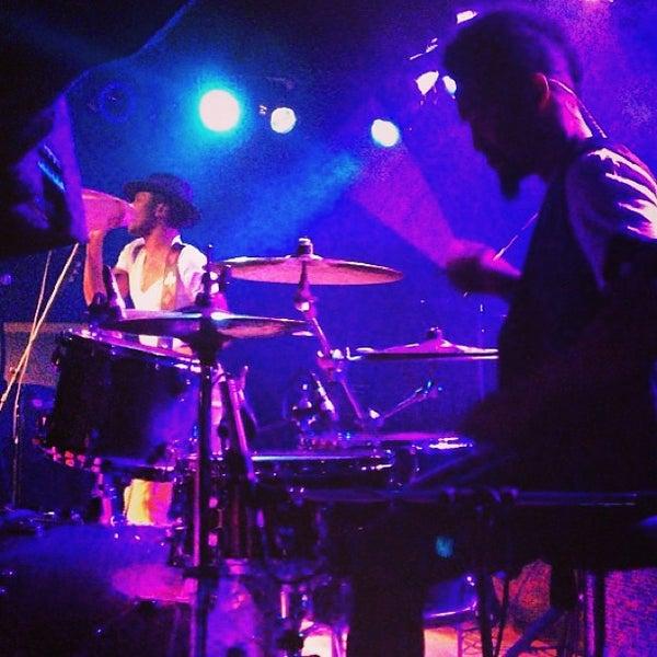 Photo prise au Bottom Lounge par Myron C. le4/16/2013
