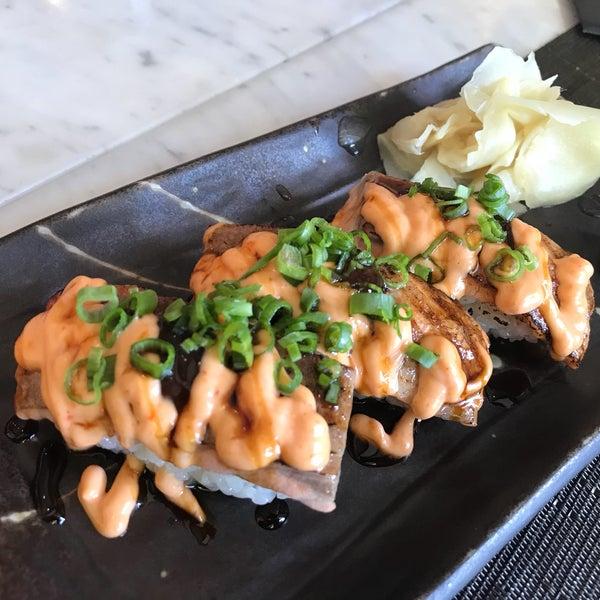 Istanbul'da sushi icin gidilebilecek bir kac adresten biri. Tatlar ortalamanin uzerinde olsa da bizim icin siradisi bir deneyim olmadi. Fiyatlarin lokasyon itibari ile daha ucuz olmasini beklerdim.