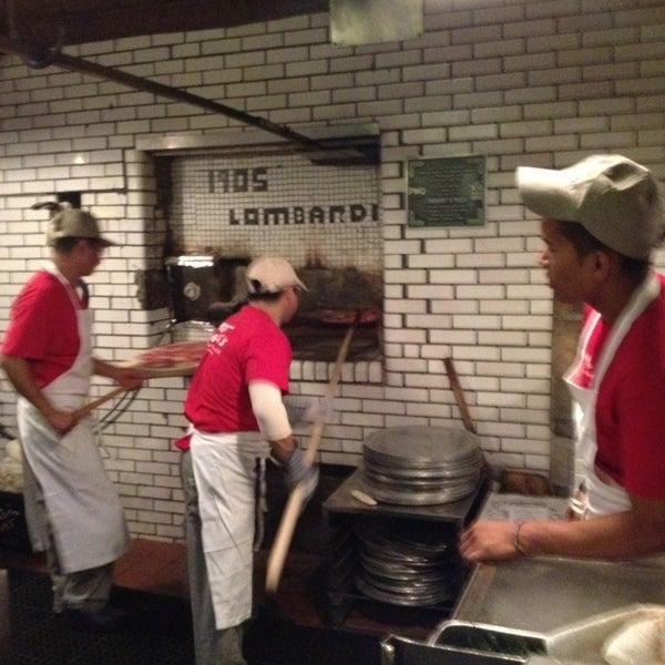 Das Foto wurde bei Lombardi's Coal Oven Pizza von Joanna D. am 7/11/2013 aufgenommen