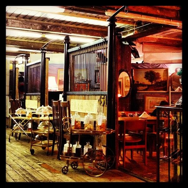 Foto tirada no(a) Camden Stables Market por Mario M. em 1/8/2013