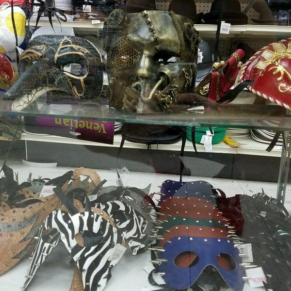 Das Foto wurde bei Hollywood Toys & Costumes von Eddy L. am 8/23/2016 aufgenommen