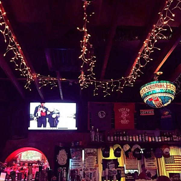รูปภาพถ่ายที่ Lottie's Pub โดย Darcie B. เมื่อ 9/1/2017