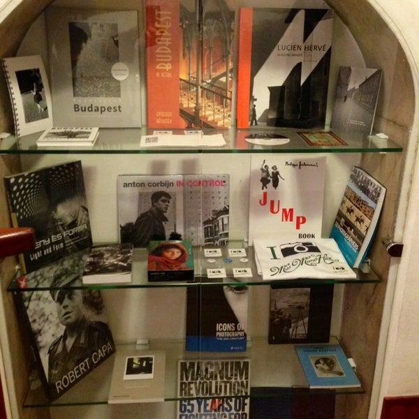 รูปภาพถ่ายที่ Mai Manó Gallery and Bookshop โดย Manó M. เมื่อ 2/15/2013